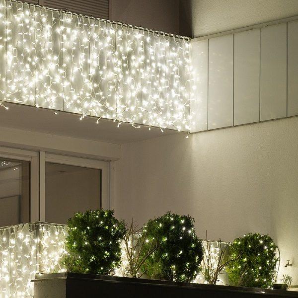 Lichtgordijn buiten aan balkon met witte LED verlichting